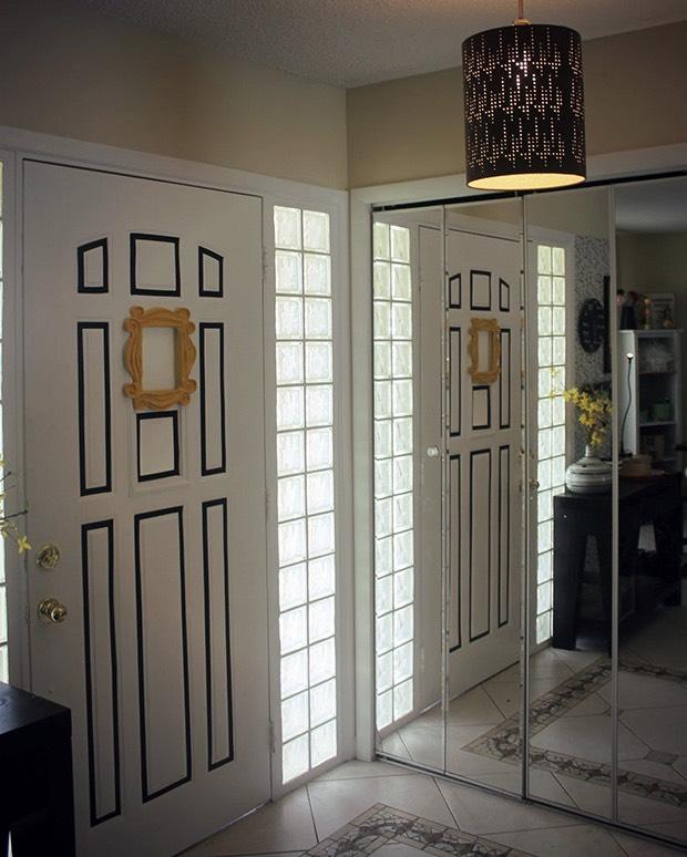 Decoração de portas com fita isolante