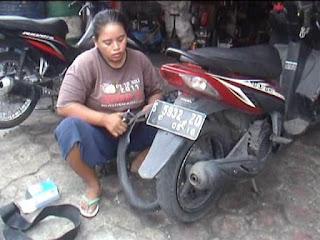 Demi Empat Anak, Perempuan Ini Belasan Tahun Jadi Montir Sepeda Motor