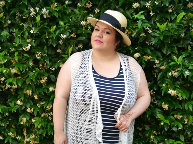 outfit plus size con maxiabito a righe, panama e gilet in crochet con frange