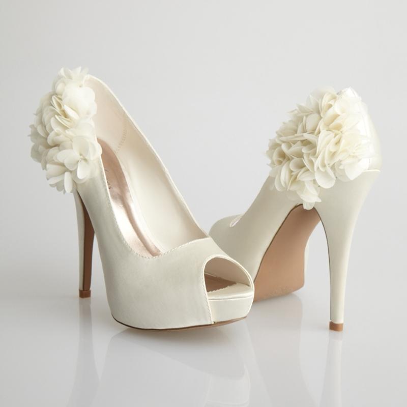 Zapatos para la novia, de Allure Bridals | Lucía viste de blanco