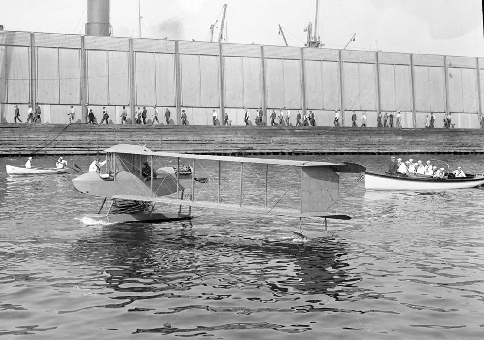 El Burgess Seaplane, una variante del Dunne D.8, un biplano sin alas de barrido, en Nueva York, está siendo utilizado por la Milicia Naval de Nueva York, ca 1918.