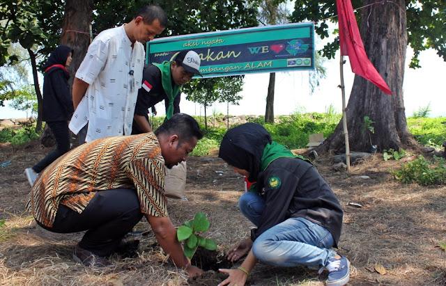 Hari Bumi, Mapala Proklamator Bung Hatta tanam pohon di tepi pantai