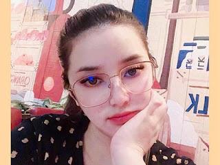 Rosiana Dewi Pakai Kacamata