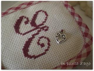 http://silviainpuntadago.blogspot.it/2011/01/una-iniziale-punto-croce-e-uno-di-paola.html