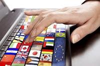 Üzerinde çeşitli ülke bayraklarının resimleri olan bilgisayar tuşlarına basan bir mütercim