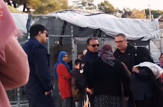 """""""Σκ@τογρια αντε χάσου από ΄δω"""". Βίντεο ντροπής με αστυνομικούς να βρίζουν χυδαία ηλικιωμένη στη Μόρια. Τέθηκαν σε διαθεσιμότητα"""