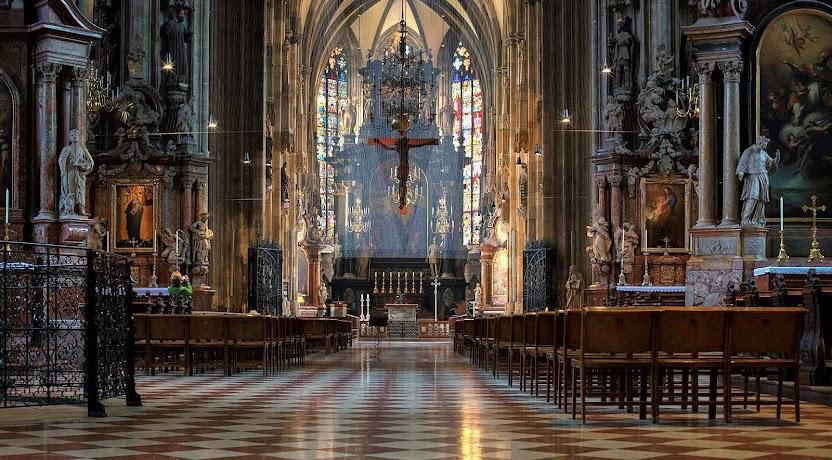 Interior da catedral onde estava o púlpito medieval.