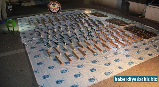 DİYARBAKIR-Diyarbakır'ın Sur ilçesi İskenderpaşa Mahallesi'nde bulunan metruk bir bina içerisinde yapılan aramalarda, 42 adet anti personel roketatar, 8 adet anti tank roketatar mühimmatı ele geçirildiği ve şüpheli 2 kişinin gözaltına alındığı bildirildi.
