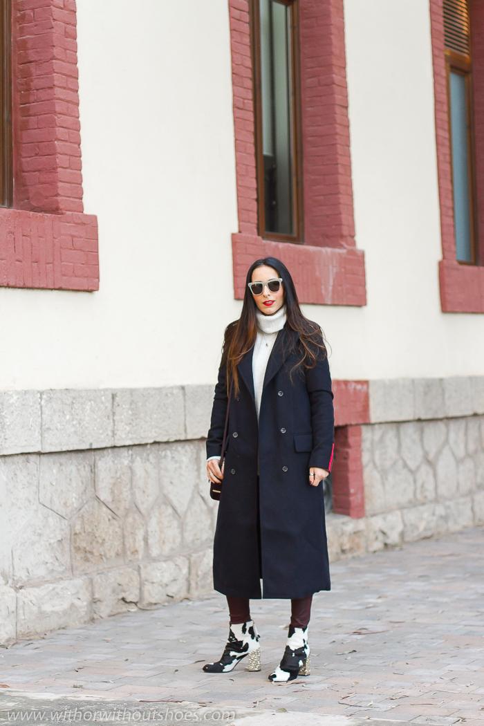 Ideas de outfits looks en Valencia que sean comodos y con estilo blogger influencer con pantalones leggings de cuero granates burdeos y abrigo militar Meltin Pot