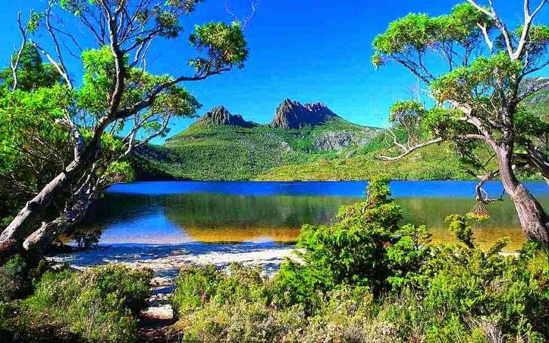 Tasmania es un estado de Australia, y se ubica en Oceanía. El estado está compuesto por la totalidad de la isla de Tasmania junto con algunas pequeñas islas adyacentes y se localiza a 240 km al sureste del continente, separada por el estrecho de Bass.