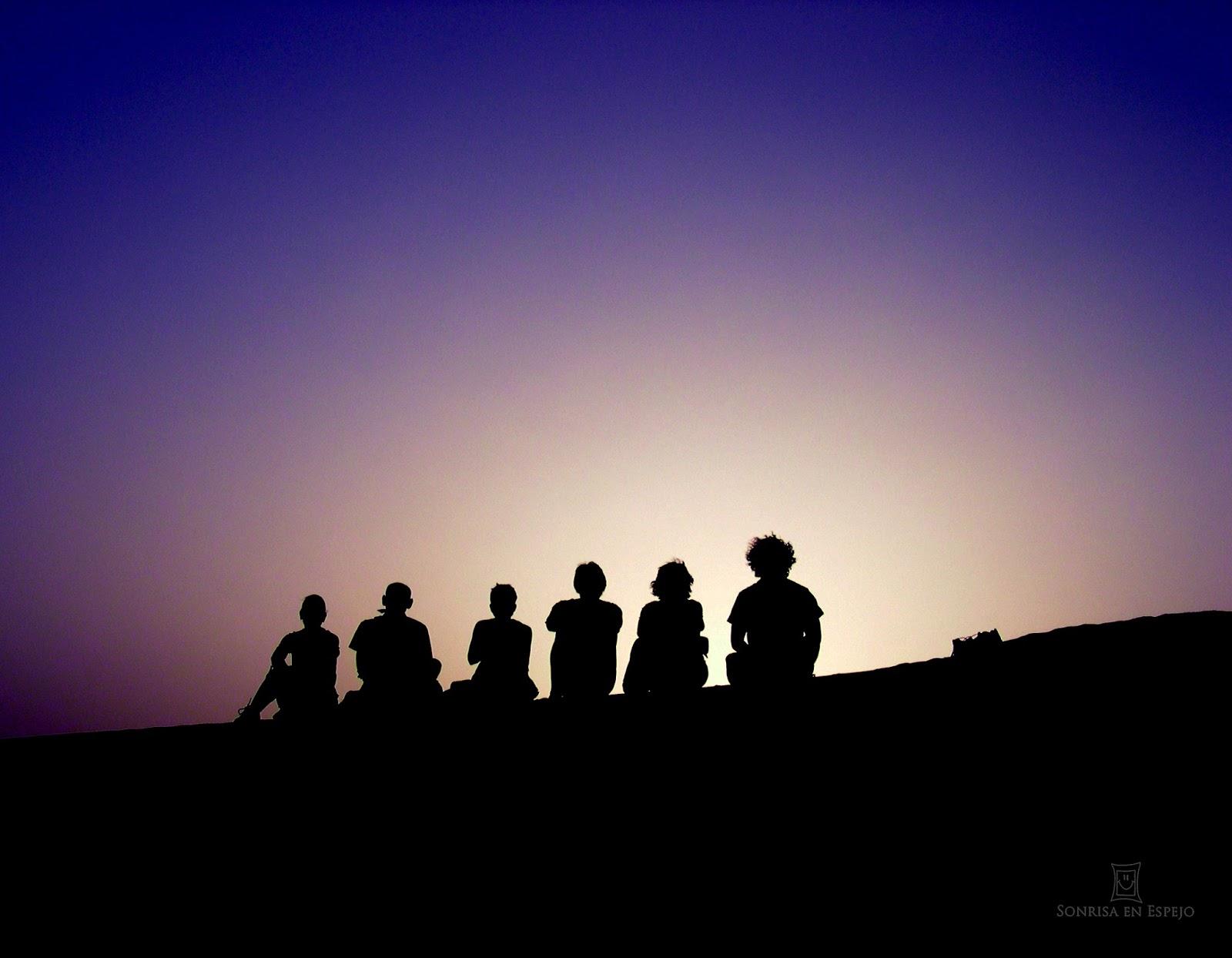 Puesta de sol con amigos en el desierto de Libia por Sonrisa en Espejo