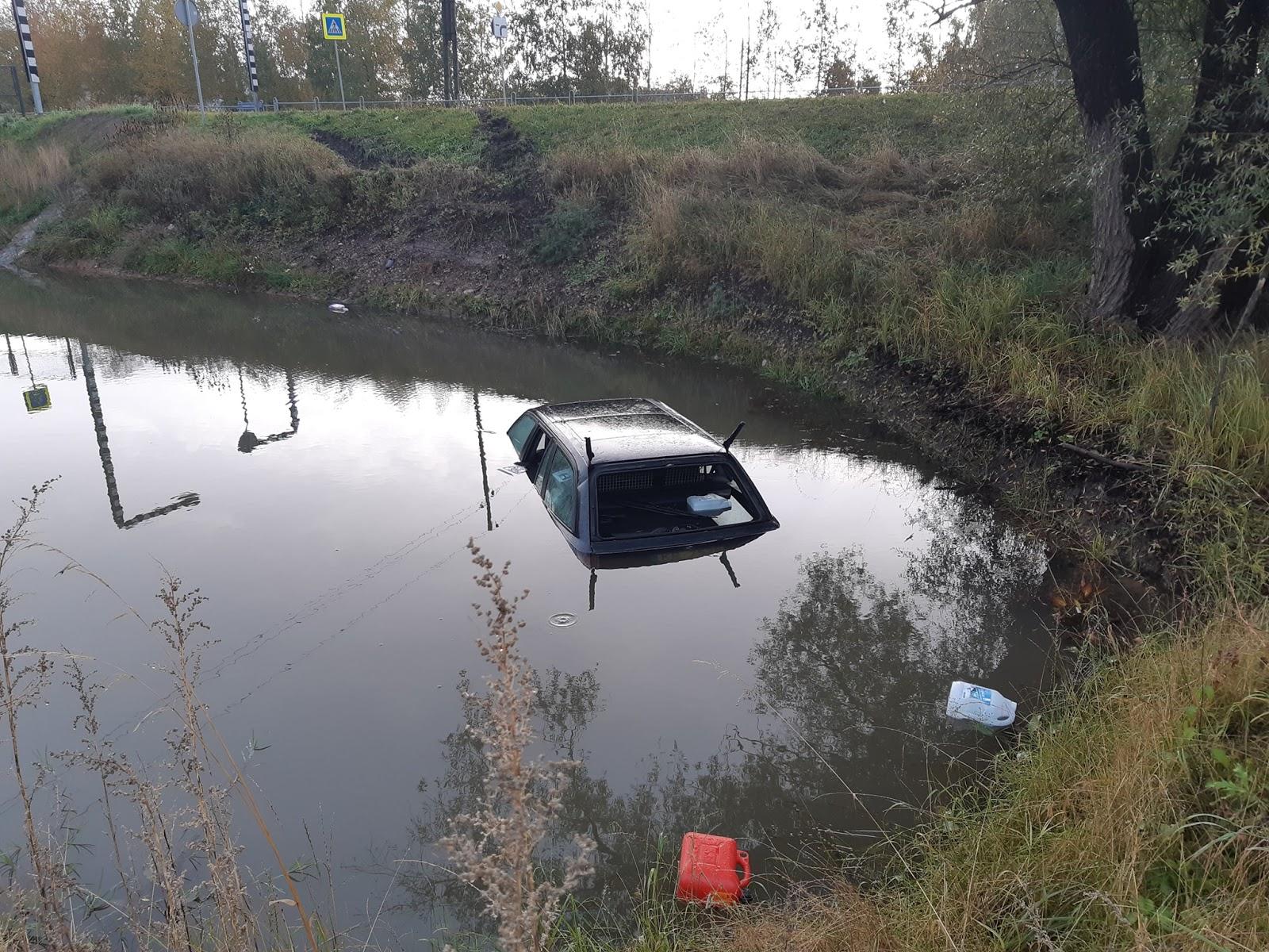Vieglā automašīna Tukumā pēc avārijas nogrimst ūdens piepildītā grāvī 2