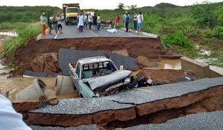Ponte de estrada se rompe no interior da Paraíba e mata motoqueiro