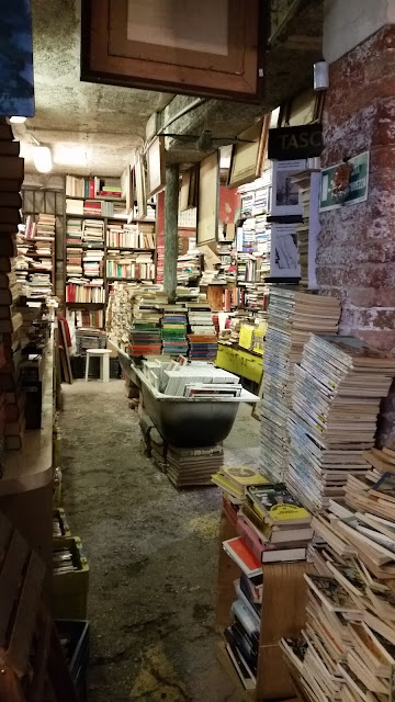 interior Acqua alta book shop