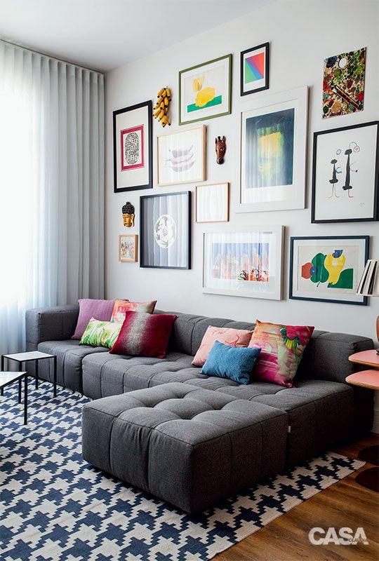Usar quadros na decoração permite que conheçamos mais sobre os moradores.