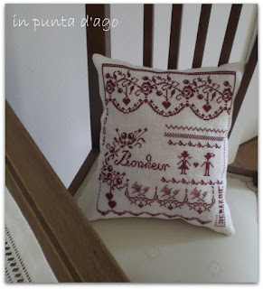 http://silviainpuntadago.blogspot.it/2010/03/un-cuscino-semplice-semplice-da-un.html