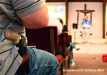 Hombre con arma en iglesia