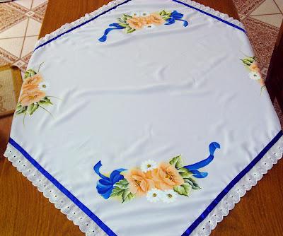 toalha de mesa de oxford branco com pintura em tecido e acabamento de bordado inglês e fita