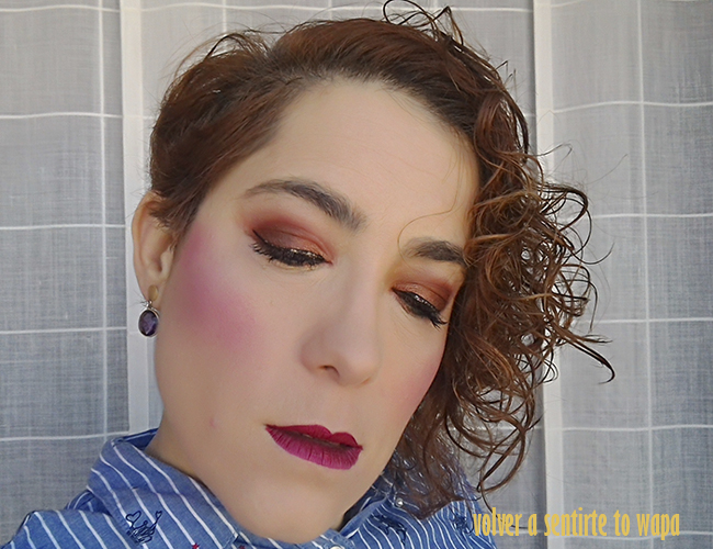 Maquillaje en tonos naranjas y labios metálicos rojos