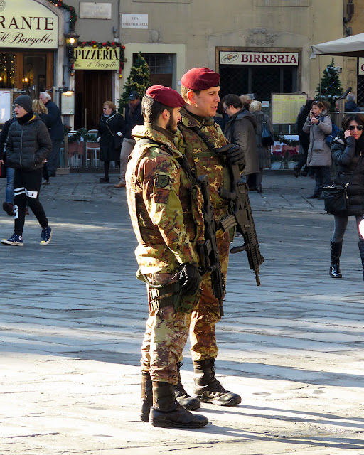 Paratroopers with assault rifles, Piazza della Signoria, Florence