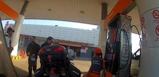 Apresentando documentação em posto de combustível de Santa Cruz de La Sierra / Bolívia.