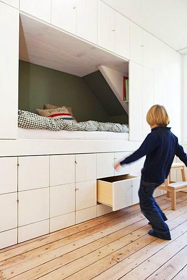 Petits espaces idée gain de place lit intégré dans un placard avec rangements