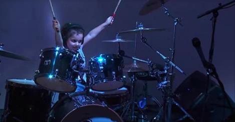 Une enfant de 5 ans s'installe à la batterie, quand la chanson commence… c'est indescriptible !