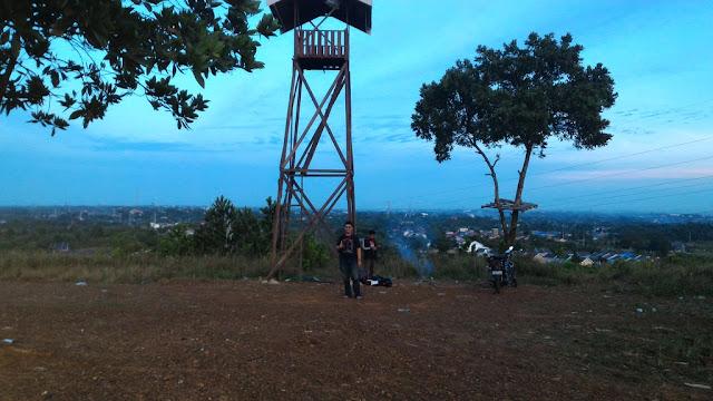 Netizen Kota Banjarbaru Kalimantan Selatan (Kalsel) memang kreatif. Mereka selalu punya cara tersendiri menemukan destinasi wisata yang nyaman dan indah di daerahnya. Seperti destinasi wisata Bukit Lentera. Destinasi pemandangan gemerlap malam Kota Banjarbaru bisa anda nikmati di tempat ini. Serius... ini keren banget.