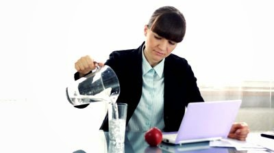 شرب الماء اثناء العمل يفيد في الرجيم