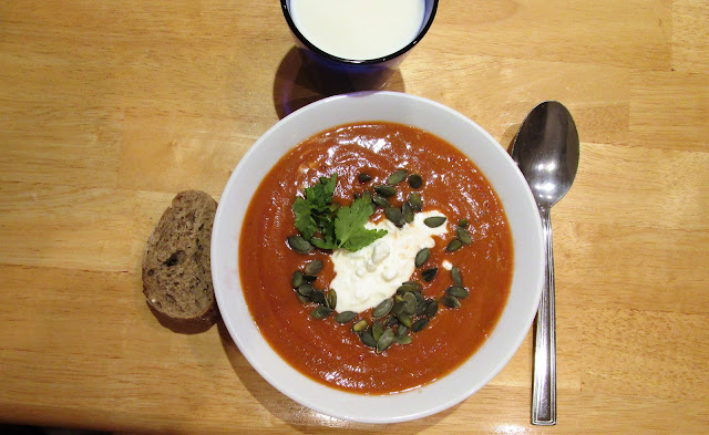 tomaattikeitto, raejuusto, kurpitsansiemenet