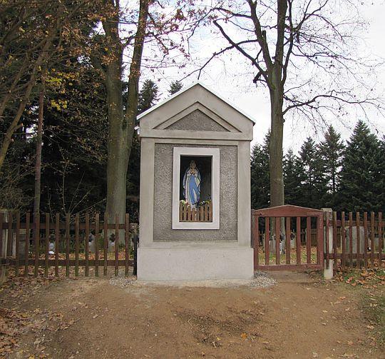 Kapliczka z 1903 roku przy cmentarzu z I wojny światowej o nr 184.