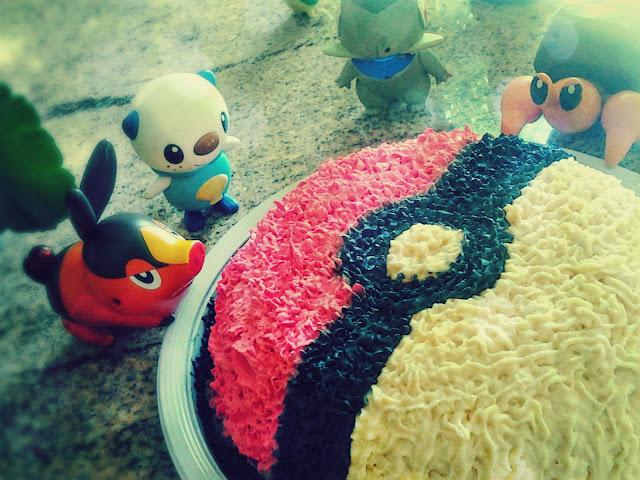 Bolo de Pokémon em formato de Pokébola