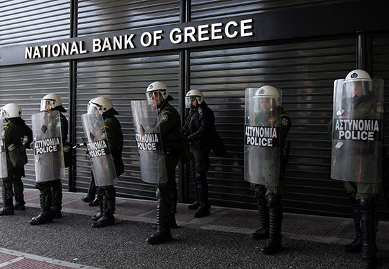 2010年,上萬名下崗工作者佔領街頭,讓當地警察不得不鎮守於希臘央行前。underclassrising.net 分享於 Flickr,CC by 2.0
