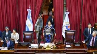 La zanahoria que atrajo a la mayoría de los senadores del FPV fue el acuerdo del Gobierno para devolver el 15% de la coparticipación que se retenía a las provincias para financiar la Anses, incluido en el megaproyecto de 97 artículos por la Cámara de Diputados, y el implícito reconocimiento de la deuda.
