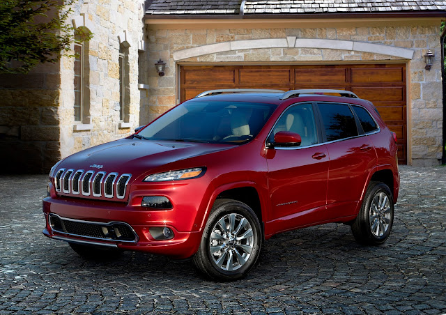 Front 3/4 view of 2017 Jeep Cherokee Overland