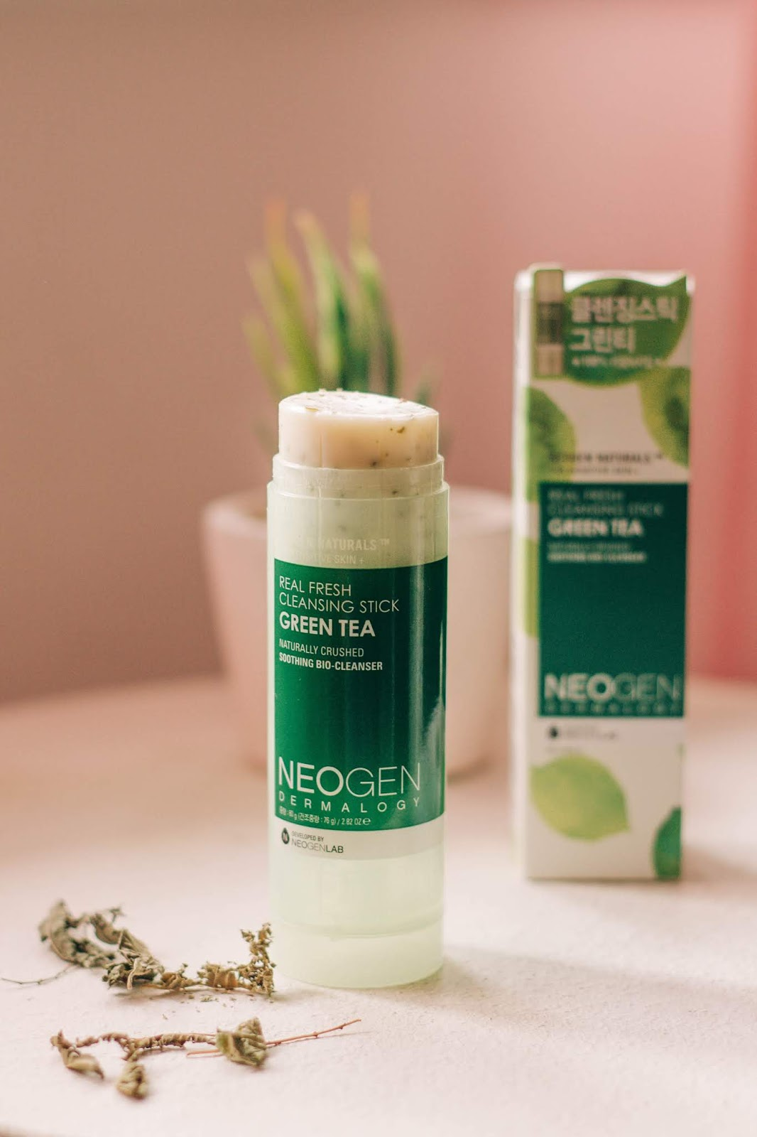 In my daily life I find it important to have practical products, especially when it comes to skincare (although I always value my time when it comes to clean, treat, and moisturize the skin). It is precisely what I feel with this cleansing stick from Neogen — it is a practical and easy to use product to cleanse the face.
