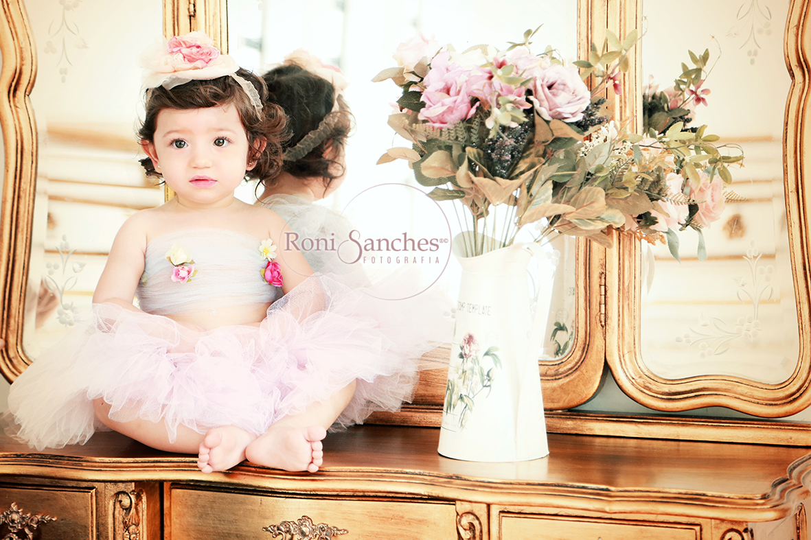 Foto em estúdio de bebê menina
