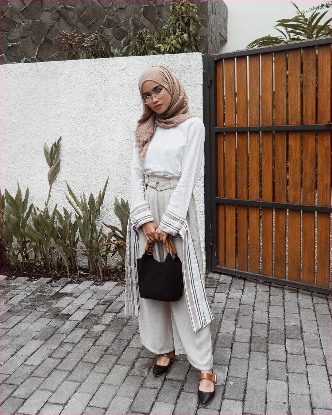 Outfit Kerudung Pashmina Ala Selebgram 2018 hijab pashmina rawis krem top blouse baju kemeja putih celana kulot pallazo abu muda loafers and slip ons flatshoes hitam handbag coklat kacamata bulat ootd trendy kekinian hijabers
