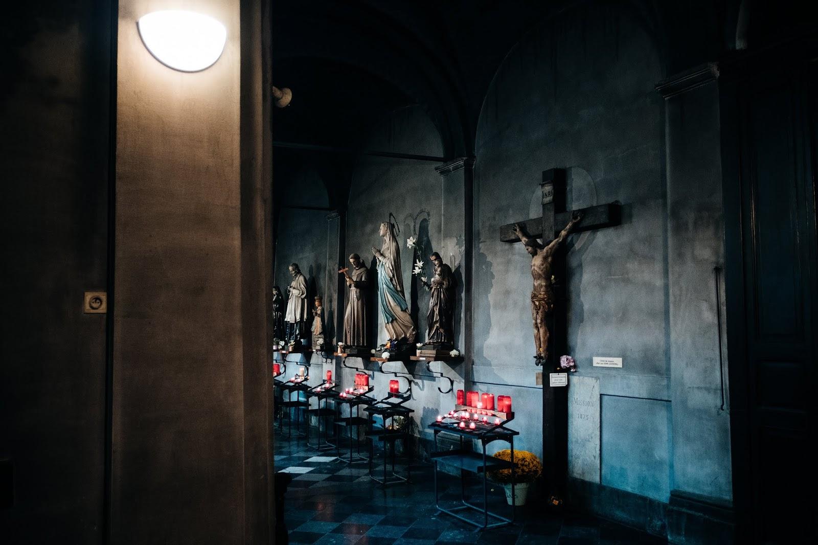 Estátuas em uma das catedrais católicas pelo mundo