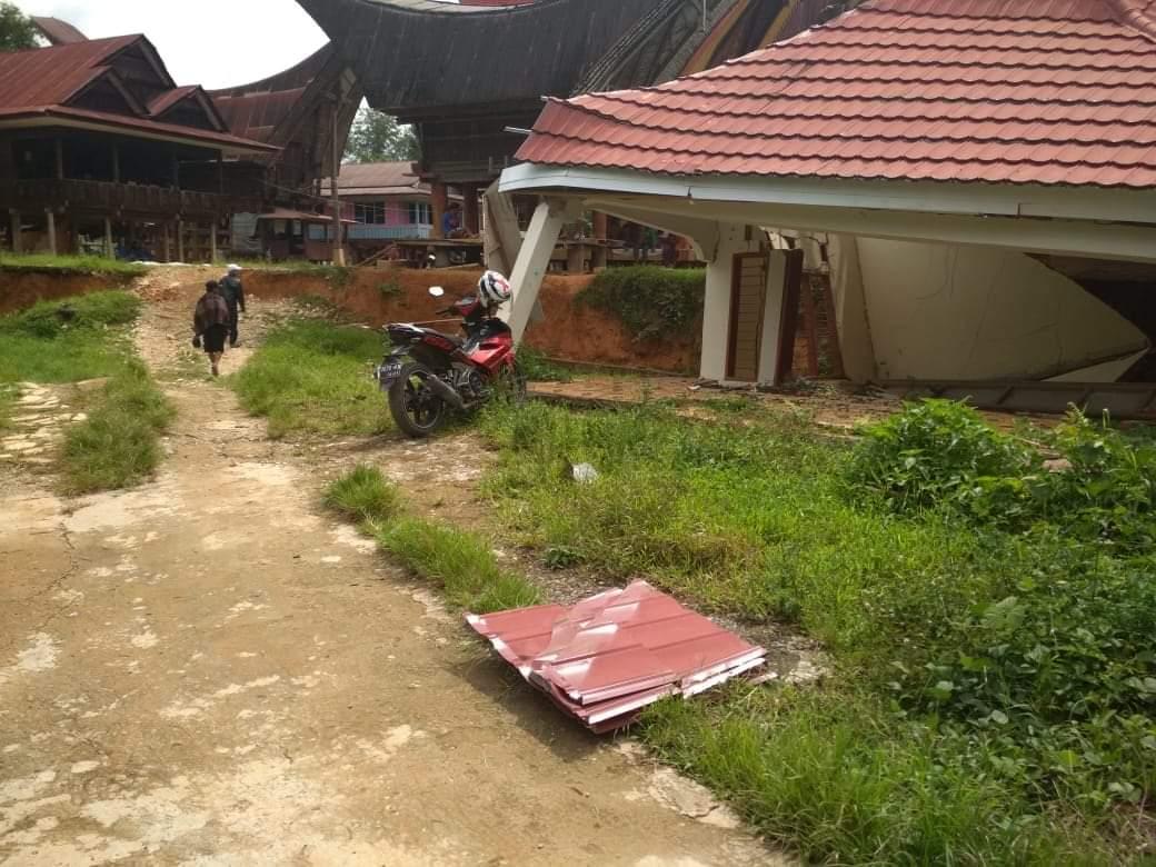 FOTO: Tanah Amblas, Satu Unit Rumah di Tondon Rusak Parah