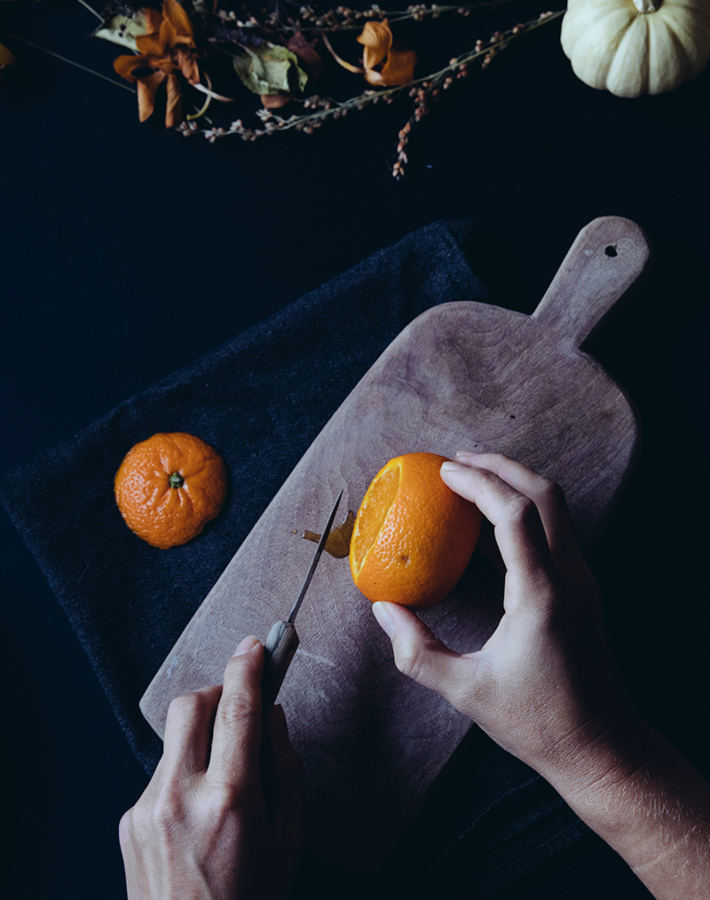 Velas de Halloween hechas con naranjas secas