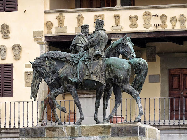 Monument featuring the Meeting at Teano by Oreste Calzolari, piazza Mino da Fiesole, Fiesole