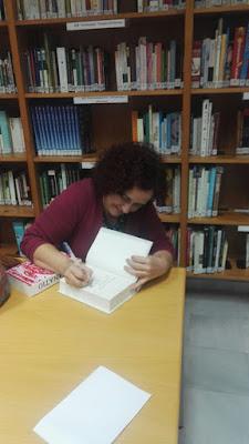 imagen de la presentación de la novela «Historia de una enfermera» se ve a la autora, Lola Montalvo y a la bibliotecaria, MªCarmen García Hidalgo; la autora firmando un ejemplar