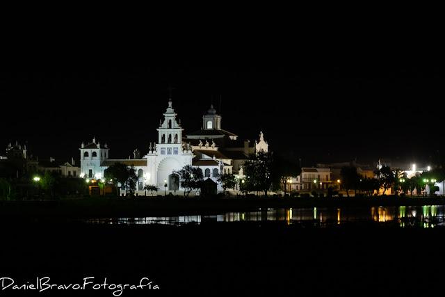 Ermita de la aldea de El Rocío iluminada