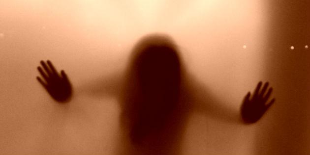 sombra fantasmal de mujer