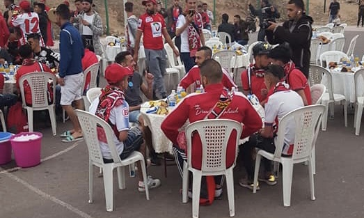 هادشي رائع..جمهور أكادير يستقبلُ جمهور المغرب التطواني بفُطور جماعي