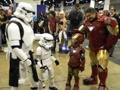 Mini trooper y mini Iron man con sus padres.