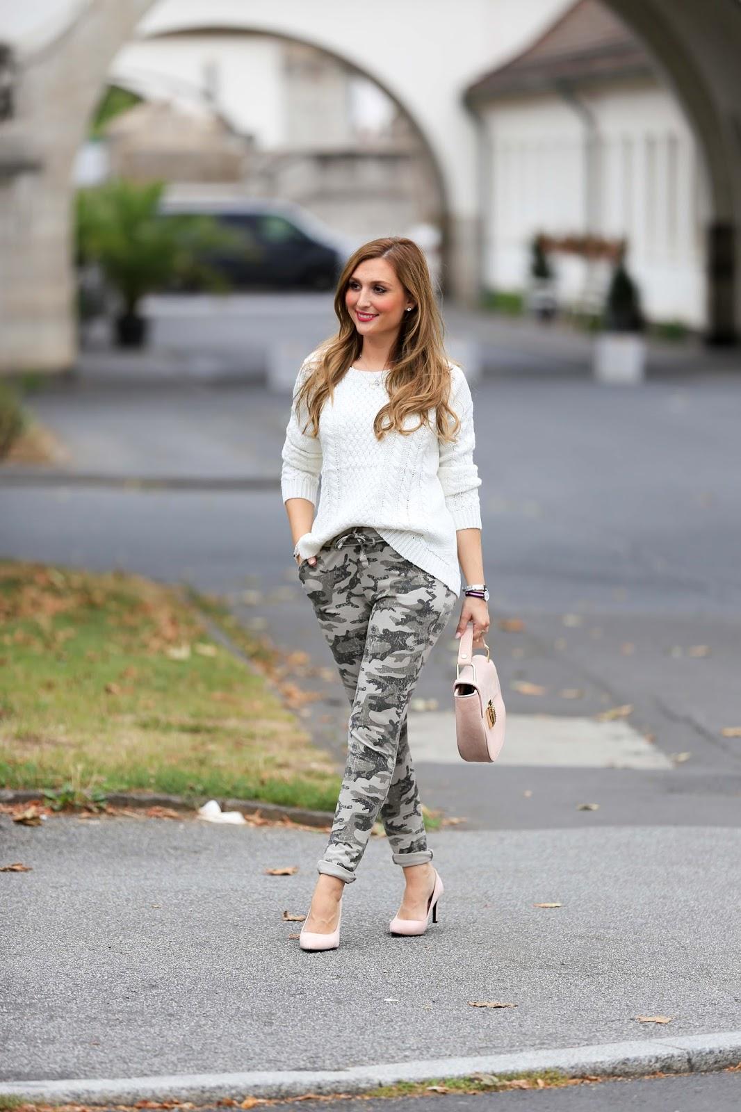Camouflage Hose- Rosa Pumps - Weißer Pullover - Blogger aus Deutschland