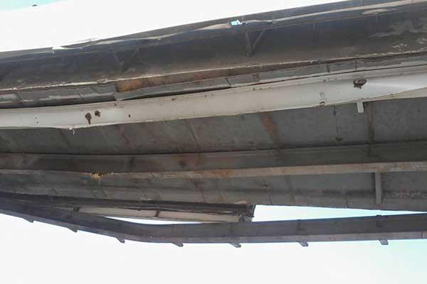 سيارة حاويات تتسبب في أضرار بالغة لكوبري مشاة ميت ناجي