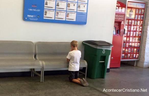 Niño orando en supermercado